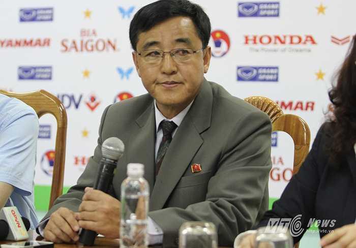 HLV trưởng đội CHDCND Triều Tiên Kim Chang Bok tham dự buổi họp báo trước trận giao hữu với Đội tuyển Việt Nam sáng 16/5 ở trụ sở VFF.