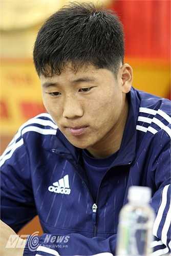 Và tiền vệ Jong Il Gwan.