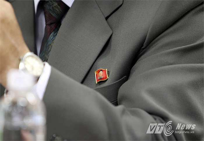 Còn ngực trái của HLV trưởng Kim Chang Bok là huy hiệu của cố Chủ tịch Kim Jong-il.