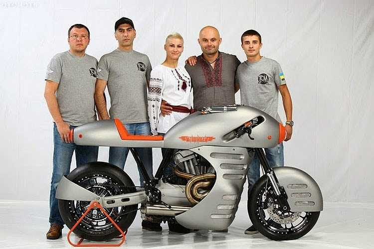 Tại giải vô địch xe độ thế giới AMD 2014, Iron Sturmvogel đứng thứ 4 tại hạng mục Street Performance.