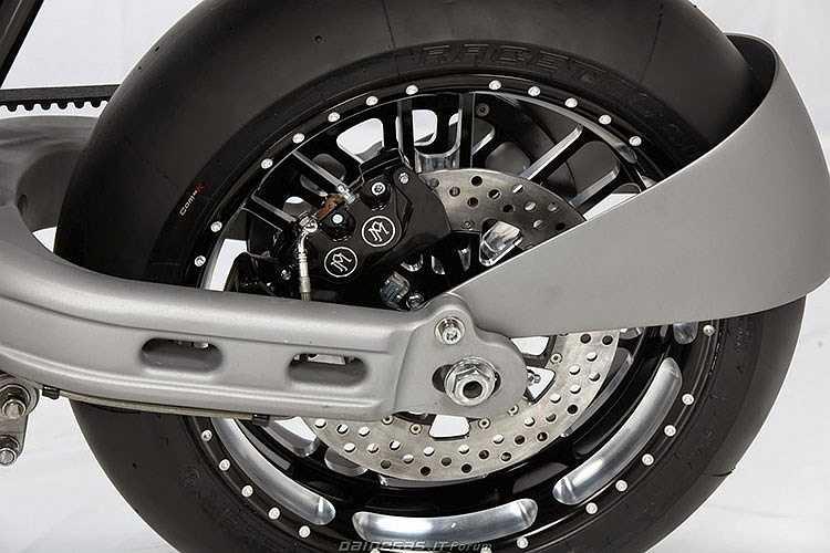 Sturmvogel sử dụng bộ vành 17 inch hiệu Roland Sands, lốp Metzeler Racetec, phanh hiệu Performance Machine