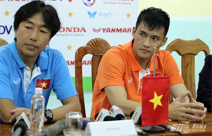 Công Vinh cùng HLV Miura tham gia buổi họp báo trước trận giao hữu với CHDCND Triều Tiên sáng 16/5.