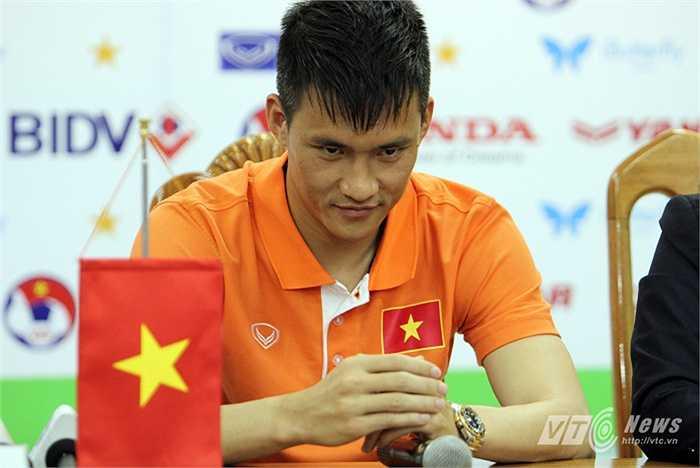 'Ở Đội tuyển Việt Nam, các tiền đạo đều có năng lực và họ sẽ thể hiện điều đó trên sân đấu. Chúng ta không nên mặc định một cặp nào cả' - Công Vinh nói.