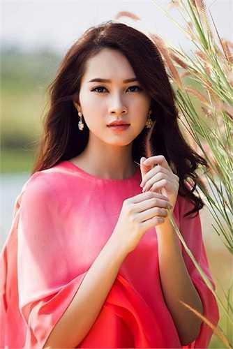 Sở hữu một vẻ đẹp thuần khiết, hiền lành đúng chuẩn sở thích của người Việt, không lạ khi cái tên Đặng Thu Thảo luôn 'hút' công chúng