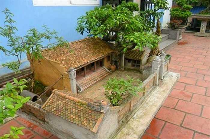 Đây là tác phẩm của anh Nguyễn Ngọc Quý (câu lạc bộ bonsai Hoa Phượng - Hải Phòng). Anh Quý tiết lộ tiểu cảnh nhà 3 gian được anh mua lại của một người khác ở Bắc Ninh vào năm 2014