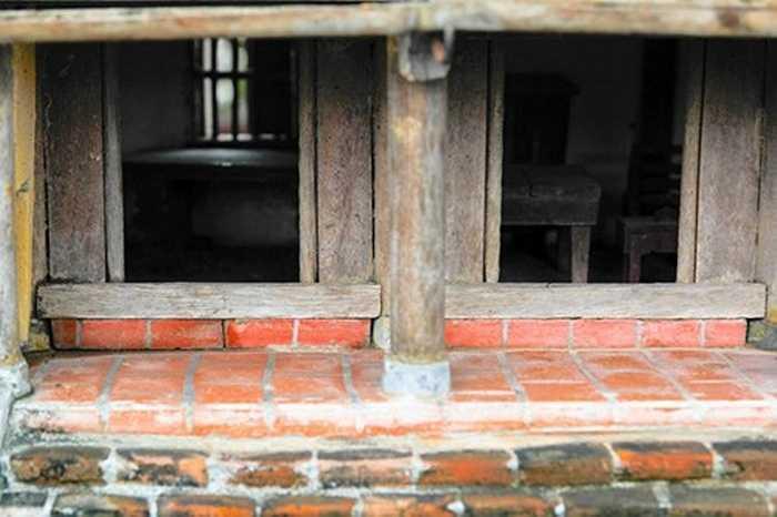 Mọi chi tiết ngôi nhà ba gian đều được làm cẩn thận, tỉ mỉ và hết sức sống động. Ảnh: Lưu Thanh Bình.