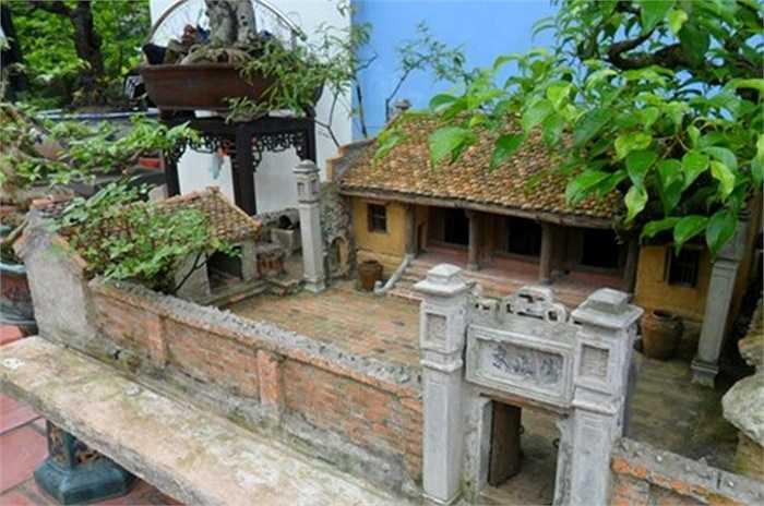 Theo anh Quý, từ mái ngói, chum vại trong sân cho đến các chi tiết trang trí ngôi nhà đều được làm thủ công. Chum vại, gạch, mái ngói làm từ đất nung rất sống động.