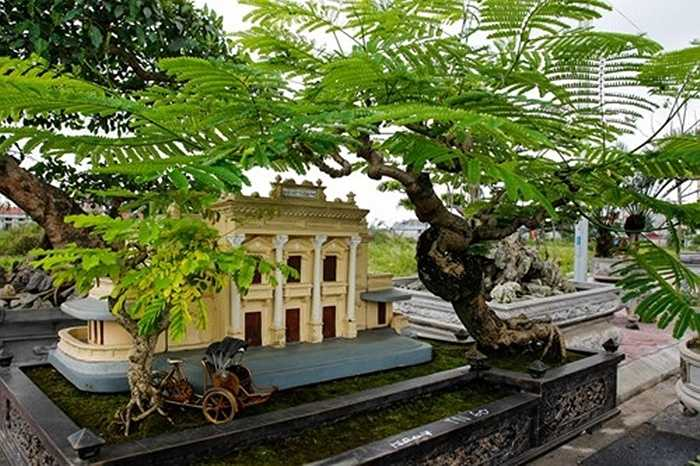 Ngoài ra, tại triển lãm tác phẩm 'nhà hát thành phố' gây ấn tượng mạnh mẽ khi tái hiện chân thực, sinh động khung cảnh nhà hát lớn với hàng cây, chiếc xích lô đẹp mắt. Ảnh: Lưu Thanh Bình.