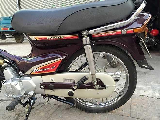 Tem xe màu đỏ dành cho những chiếc Honda Dream II đời cuối sản xuất ở Thái Lan. Xe sử dụng động cơ 100 phân khối, hộp số là loại 4 số tròn, khởi động bằng nút đề và cần đạp. Cả hai bánh trước và sau đều được trang bị phanh đùm.