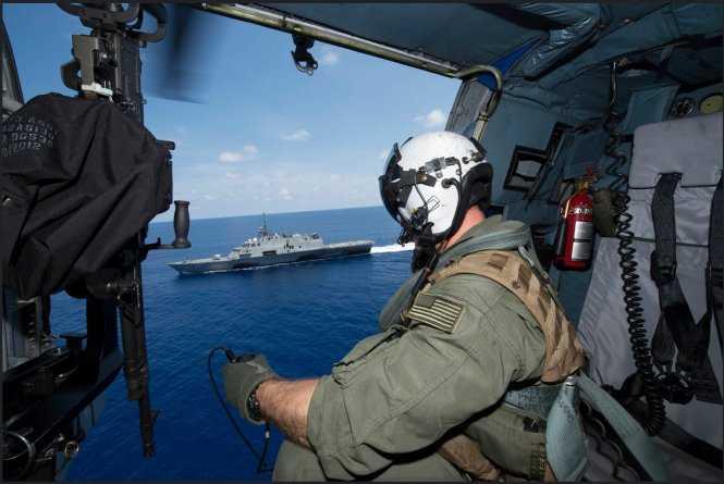 Binh sĩ Mỹ quan sát tàu chiến USS Fort Worth từ trực thăng trong cuộc tuần tra thường kỳ trên vùng biển quốc tế gần quần đảo Trường Sa của Việt Nam ngày 12/5/2015