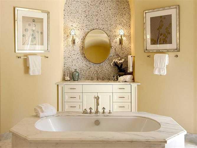 Còn đây là phòng tắm kiểu Địa Trung Hải với tông màu vàng nhạt và những viên đá cẩm thạch to bản ốp tường
