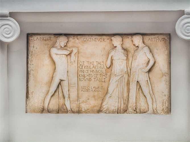 Ngoài ra, trên các bức tường là những hình ảnh khắc họa kiểu Địa Trung Hải truyền thống