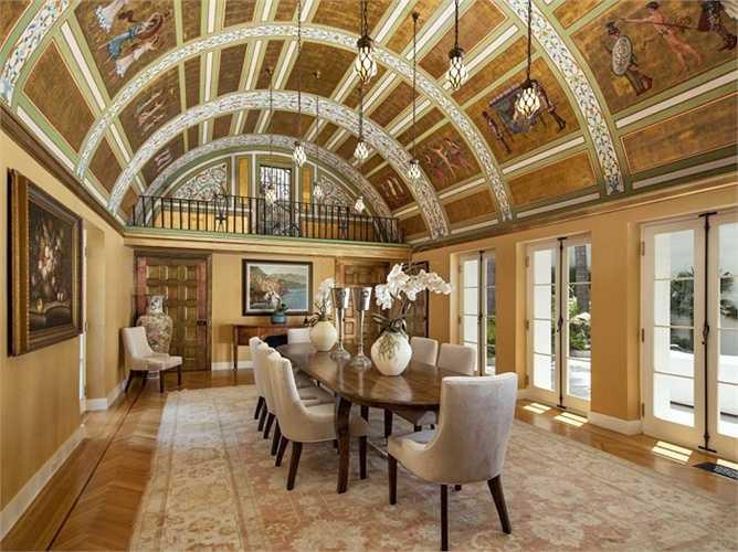 Còn đây là phòng ăn, có lẽ nhiều vị khách sẽ ngắm trần nhà tuyệt đẹp này nhiều hơn là thưởng thức bữa ăn