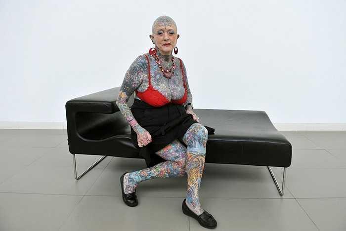 Varley sinh năm 1937 (78 tuổi) là người phụ nữ cao tuổi có nhiều hình xăm cao cấp nhất trên thế giới, theo Guinness World Records.