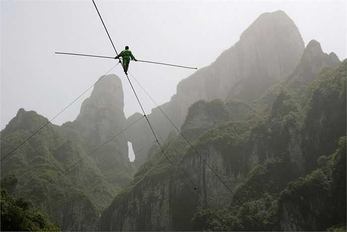 Samat Hasan, diễn viên đóng thế 24 tuổi đến từ Trung Quốc đã phá vỡ kỷ lục đi bộ trên không thế giới khi bộ trên một sợi dây thừng trên cao hơn 700 m và dốc 39 độ.