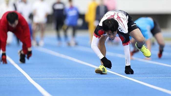Kenichi Ito, 31 tuổi thiết lập kỷ lục Guinness mới 'chạy bằng hai tay hai chân nhanh nhất thế giới' với 16 phút 87 giây cho 100 mét.