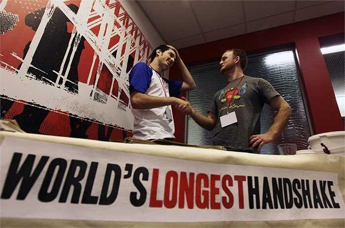 Jack Tsonis (trái) và Lindsay Morrison (phải) đã nỗ lực để phá vỡ kỷ lục thế giới cho những cái bắt tay lâu nhất tại Sydney vào ngày 21/9/2009.