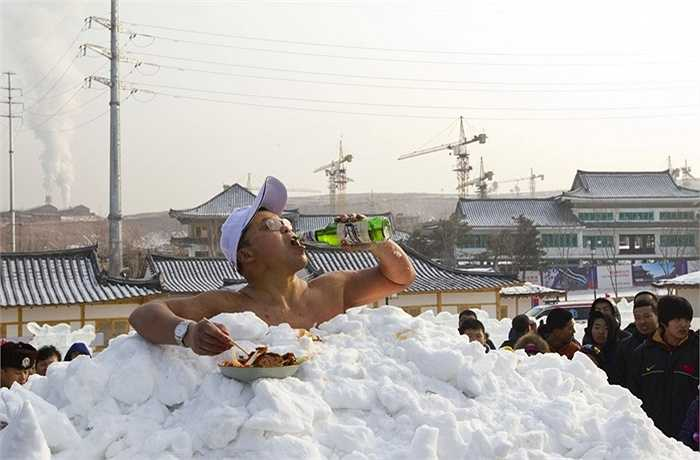 Vào tháng 1/2011, ông Jin Songhao ở Trung Quốc đã lập kỷ lục chịu lạnh tốt nhất thế giới khi có thể 'ngâm' toàn bộ cơ thể trong tuyết suốt 46 phút 7 giây.