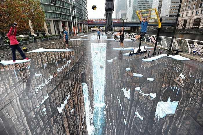 Guinness ghi nhận kỷ lục bức tranh 3D lớn nhất thế giới là bức tranh của nghệ sĩ người Anh Joe Hill có diện tích 1.115 m2 tại trung tâm Canary Wharf ở London.