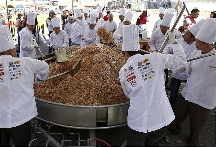 52 đầu bếp đã lập kỷ lục vào tháng 2/2013 với món cơm chiên Quảng Đông lớn nhất thế giới ở Costa Rica, nặng 1.361 kg và đủ phục vụ cho hơn 7.000 người.