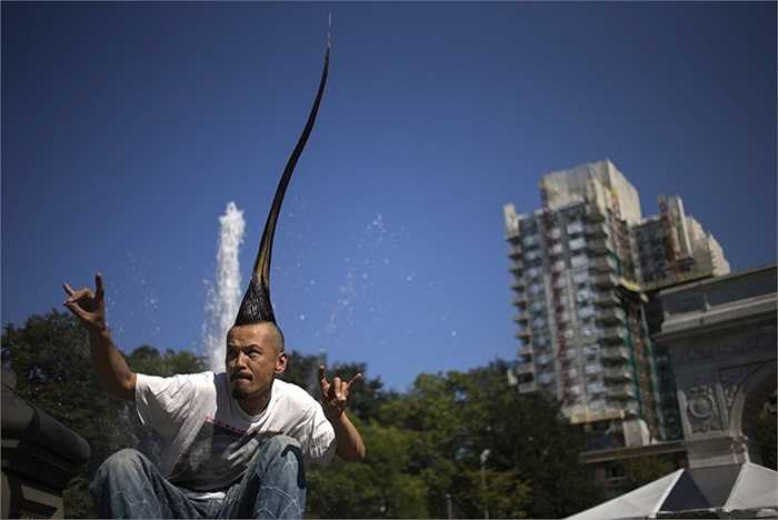 Nhà thiết kế thời trang Nhật Bản Kazuhiro Watanabe hiện đang nắm giữ kỷ lục Guinness thế giới với 'tóc mào gà Mohawk cao nhất thế giới' đạt 1,13 mét.