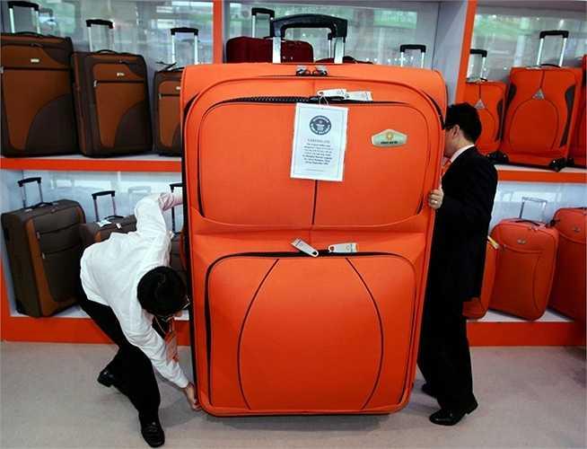 Một chiếc vali ở Trung Quốc ghi kỷ lục Guinness là chiếc vali lớn nhất thế giới với chiều cao gần 2m.