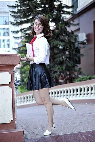 Nữ sinh xinh xắn của ĐH Phương Đông rạng rỡ trong bộ đồng phục áo trắng đến trường