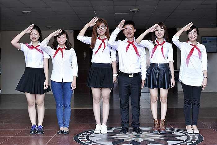 Giảng viên trẻ ĐH Phương Đông cùng các bạn sinh viên tạo dáng nhí nhảnh trong bộ ảnh