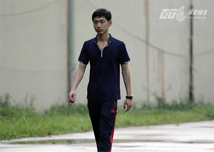 Trưởng đoàn đội bóng CHDCND Triều Tiên yêu cầu các phóng viên không được ghi hình. (Hà Thành)