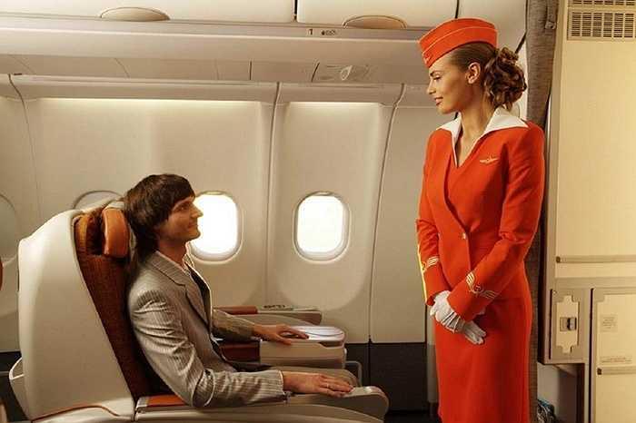 Nữ tiếp viên Aeroflot trong một chuyến bay