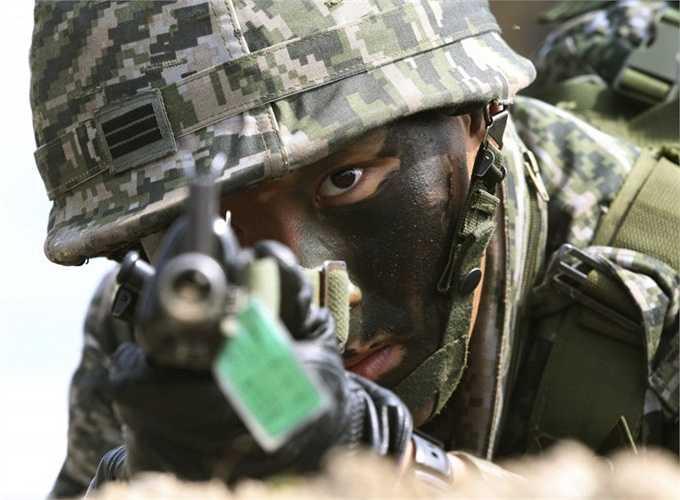 Hàn Quốc. Số binh lính: 624.000 Số tiền chi cho quân sự: 33 tỷ USD. Hàn Quốc cũng là một quốc gia khá 'chịu chi' cho quân sự do họ lo lắng cuộc chiến tranh với người láng giềng Triều Tiên