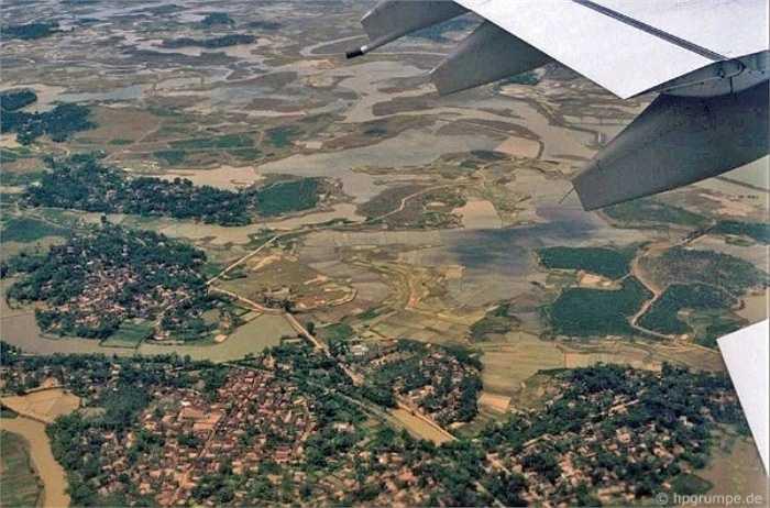 Đến Hà Nội những năm 1991-1993, nhiếp ảnh gia Hans-Peter Grumpe bị cuốn hút bởi cảnh vật và con người nơi đây. Ông chụp lại hình ảnh từ bầu trời, Hà Nội thoáng rộng và yên bình. Chưa có các tòa nhà cao tầng, vẻ đẹp uốn lượn của sông Hồng và những cánh đồng đều rất rõ ràng.