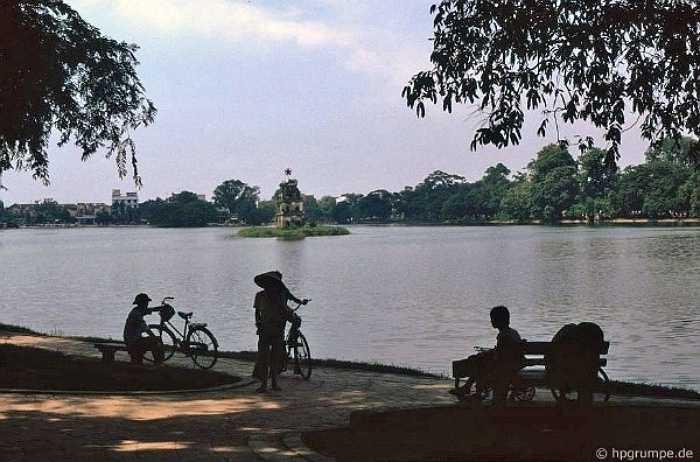 Hồ Gươm rêu phong được chụp năm 1991, khi đó, xung quanh hồ chưa có công trình cao tầng nào được xây dựng.