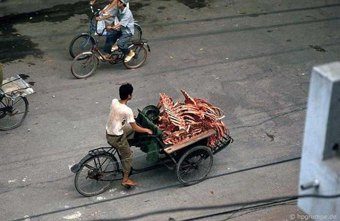 Phương tiện giao thông chính của người dân là xe đạp. Những chiếc xích lô được thuê để chở người, bàn ghế, lương thực, thực phẩm.