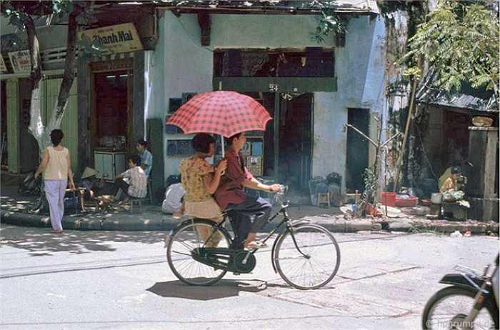 Cảnh lãng mạn điển hình, anh đạp xe Phượng hoàng, em cầm ô Trung Quốc, góc phải có đầu 1 chiếc Honda Dream - 'dream' thời bấy giờ.  Thuỵ Miên (Tổng hợp) - Nguồn ảnh: Internet