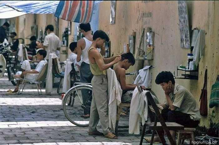 Nghề cắt tóc nam rất thịnh hành thời bấy giờ, các tiệm quán mọc lên san sát mà không mấy khi vắng khách. Ngoài các vật dụng cần thiết, nhiều chủ quán cắt tóc còn đầu tư ảnh các kiểu tóc 'mô-đen' cho khách hàng chọn lựa.