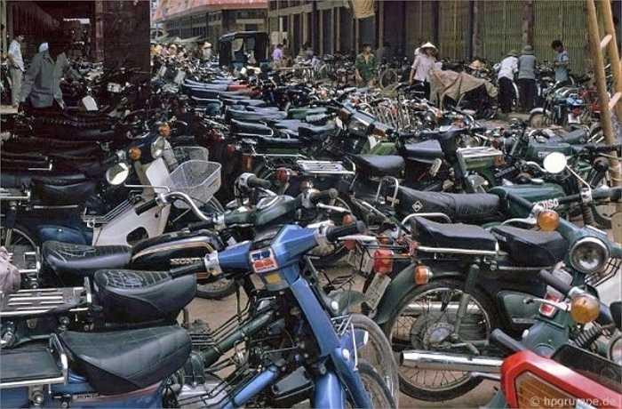Bãi gửi xe vào chợ với những 'siêu xe' thời bấy giờ.