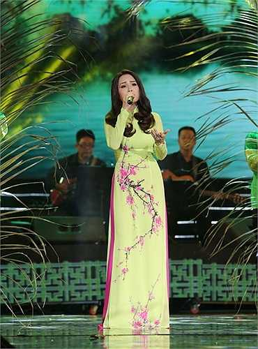 Trong bộ trang phục áo dài truyền thống đẹp và thướt tha, tiếng hát Cẩm Ly trở nên ngọt ngào hơn bao giờ hết khi chị cất lên giai điệu Dòng sông và nỗi nhớ. Nối tiếp là một bài hát nữa cũng rất được khán giả yêu thích, đó là ca khúc Lỡ lầm
