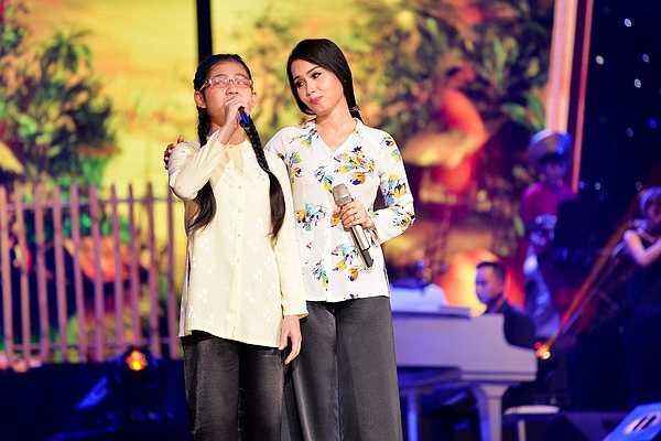 Màn song ca của Cẩm Ly với bé Ngọc Anh khiếm thị trong đội The Voice Kids trong bài hát Chị hai.