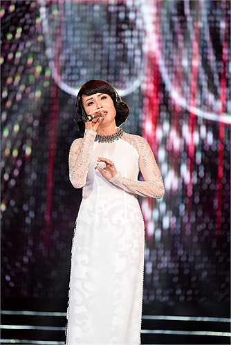 Sau ca khúc dành cho miền Trung, Cẩm Ly thể hiện tiếp 3 ca khúc trữ tình rất hay Phố vắng anh rồi, Hai lối mộng và Mong chờ.