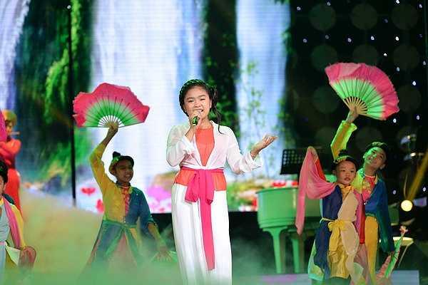 Bé Thiện Nhân xuất hiện trong những giây phút cuối chương trình trong tiết mục Cô đôi thượng ngàn được dàn dựng hoành tráng.
