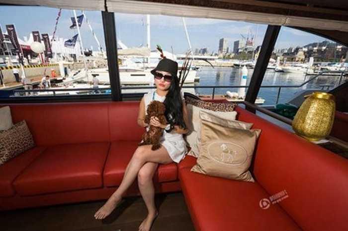 Một quý cô thuộc giới thượng lưu ôm chó cưng ngồi trên chiếc du thuyền sang trọng trong một sự kiện dành riêng cho nhà giàu Trung Quốc ở thành phố Đại Liên