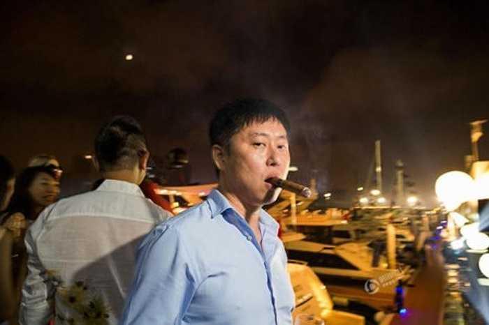 Giới nhà giàu Trung Quốc 'chuộng' hút xì gà. Trong ảnh là người đàn ông được gọi là Kenny, chuyên cung cấp xì gà hảo hạng cho giới thượng lưu Trung Quốc.