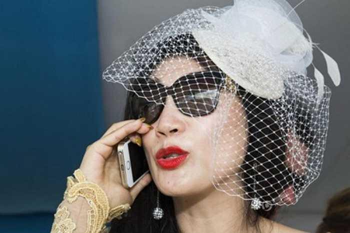Điện thoại iPhone dắt vàng là món đồ không thể thiếu của giới thượng lưu Trung Quốc. Đây là một cách để họ khẳng định đẳng cấp. Trong ảnh là một quý cô xinh đẹp, sành điệu đang nói chuyện thông qua chiếc iPhone dắt vàng lấp lánh.