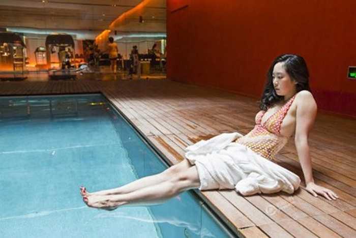 Một quý cô thuộc tầng lớp thượng lưu Trung Quốc ngồi thư giãn bên hồ bơi sang trọng