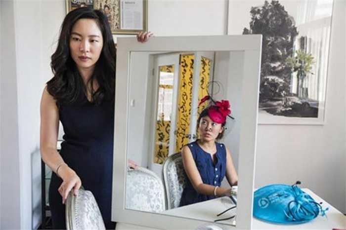 Các quý cô nhà giàu Trung Quốc thường tham gia các khóa học đi đứng, ăn mặc, giao tiếp, trong đó bao gồm việc đội đúng một chiếc mũ kiểu cách.