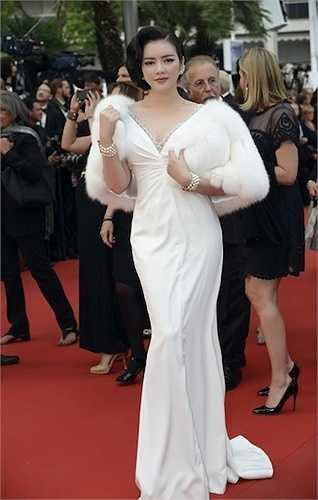 Lý Nhã Kỳ cũng diện trang phục trắng với phần cổ xẻ sâu.
