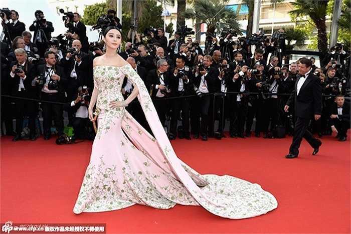Trong lễ khai mạc, Băng Phạm diện một chiếc đầm trắng kết hoa tỉ mẩn với phần tay áo dài thướt tha có giá lên đến 3,4 tỷ đồng.
