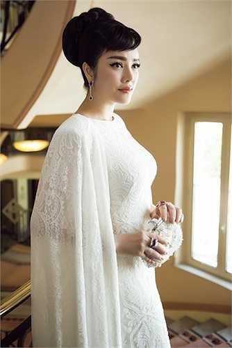 Người đẹp tinh tế kết hợp thêm phụ kiện cùng tông và cách trang điểm cổ điển, nhấn vào mắt.