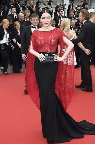 Trong ngày thứ 2 tại Cannes, Nhã Kỳ cũng chọn trang phục ren màu đỏ - đen quý phái.